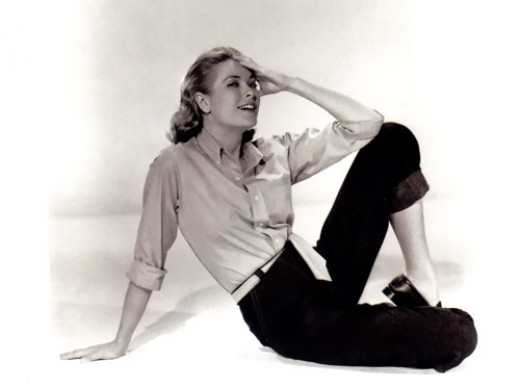 Relaxed Grace Kelly in a knotted button down, slim black pants, and ballet flats!