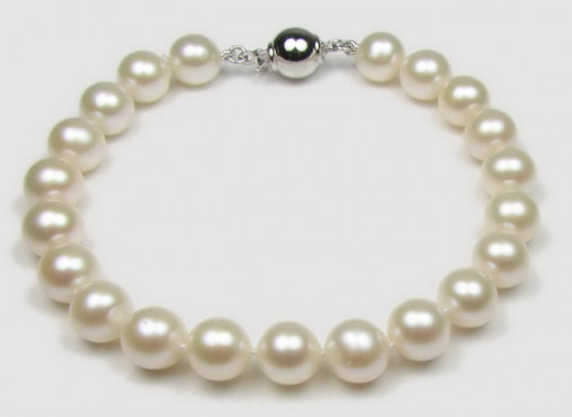 Freshwater round white cultured pearl bracelet