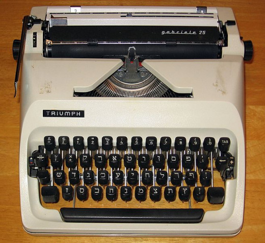 This is a Triumph Gabriele 25.  Its keys are in Hebrew