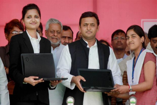 Akhilesh Yadav distributing HP Laptops to the 12th passed students