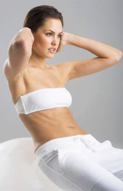how to prevent neck pain - do not interlock fingers during exercise - pretty woman exercising in white fitness gear showcasing muscular core strength
