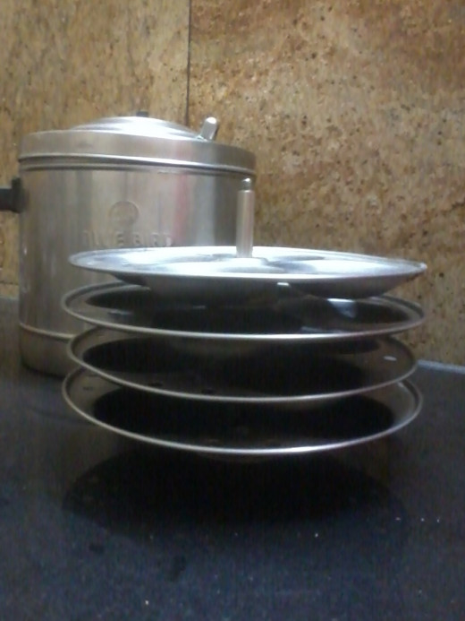 Idli cooker container and its frames displayed