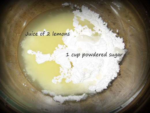 Mix the freshly squeezed lemon juice and powdered sugar together.