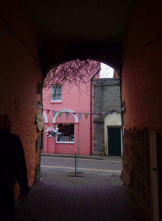 The archway leading from Pandora's shop out onto Upper Frog Street.
