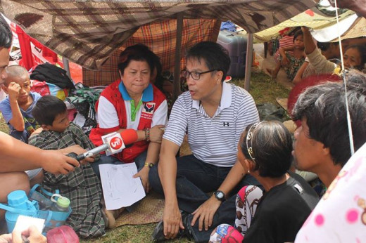 DILG Sec. Mar Roxas and DSWD Dinky Soliman while talking to family-evacuees during their monitoring visit at the grandstand at of the Joaquin Enriquez Sports Complex in Zamboanga City last Sept. 14, 2013.