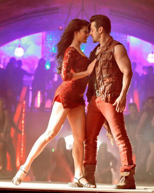 In Jumme Ki Raat song did Salman Khan kiss Jacqueline Fernandez, find out in this video. Salman Khan makes a grand entry at the launch.