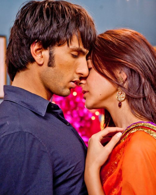 Anushka Sharma discusses intimate scenes with Ranveer Singh in the presence of boyfriend Virat Kohli.Visit Biscoot Showtym : http://www.biscoot.com/showtym
