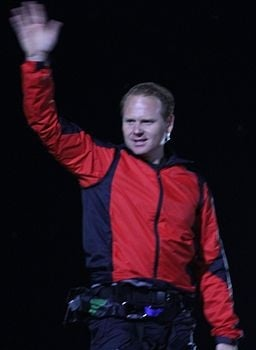 Nik Wallenda waving to crowd at Niagra Falls