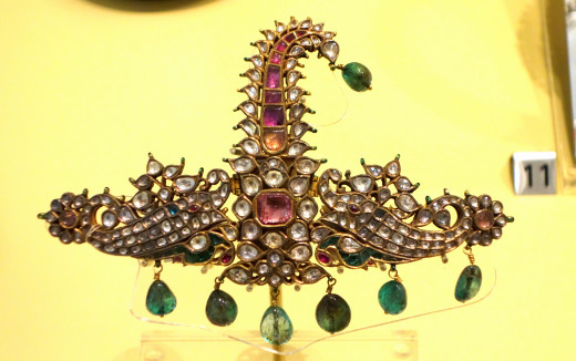 Kundan Jadau Sarpech from India Mughal period, 18th century, gold, diamonds, rubies, emeralds, enamel.   Exhibit in the Royal Ontario Museum, Toronto, Ontario, Canada.