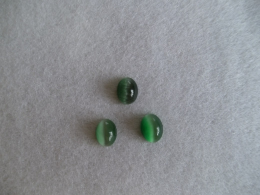Cat's Eyes caboshon cut from the Victoria Stone (green) created by Dr.Iimori