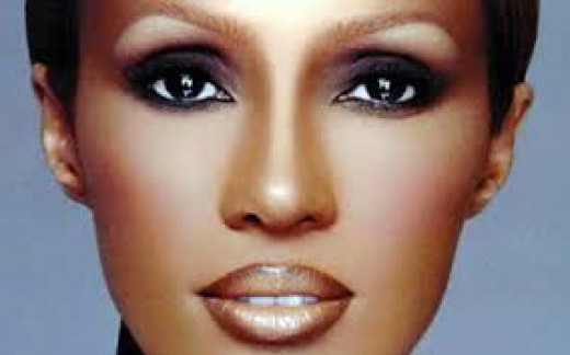 Iman has dark skin and her makeup highlights her facial features, keeping her youthful