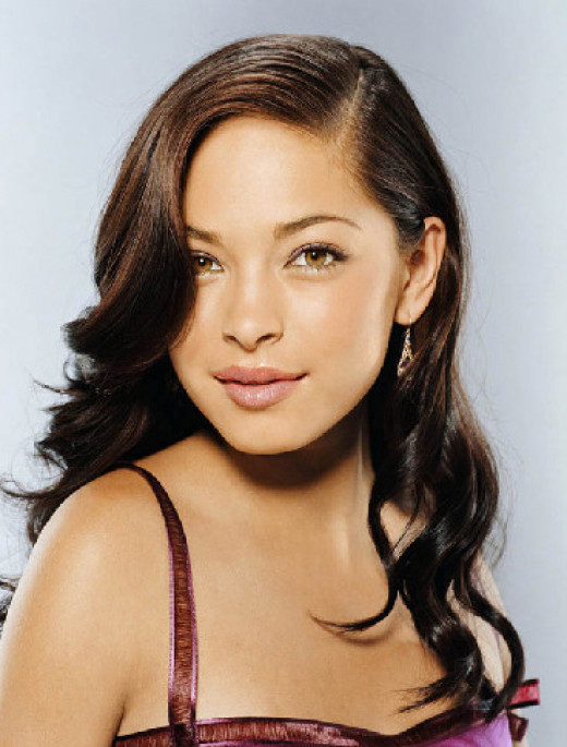 Kristen Kreuk has a great complexion and accentuates her features with natural makeup