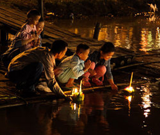 Krathongs are objects made from banana tree trunk and leaves, flowers and candles. You can easily craft one or purchase one at the market. Thai people float Krathongs to thank the River Goddess.