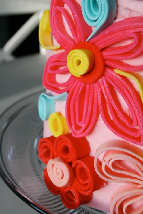Darcie over at pinkpeachcakes.blogspot created this lovely quilled confection!