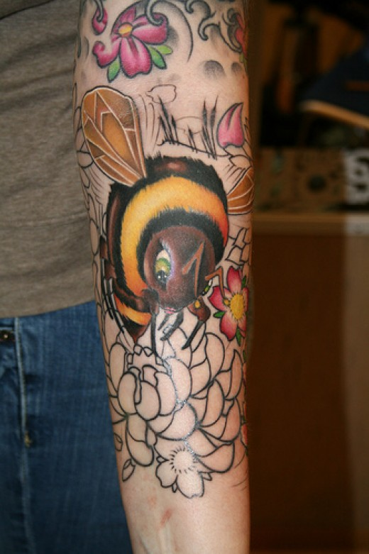 Nice sleeve tattoo design with a Bee and some flowers. Credits: http://farm4.static.flickr.com/3192/2435877810_4efcb522ce.jpg?v=0