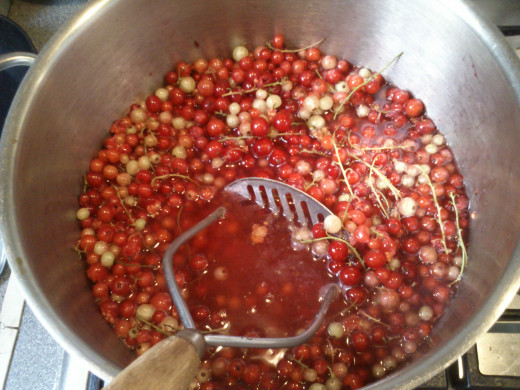 Unripe redcurrants included to boost the pectin content.