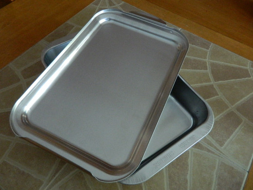 This is what the pan looks like on the inside with the cover upside down.  I'm not sure if you can see it in this photo but the lid is designed to slide onto the pan and then snap down for a secure fit.