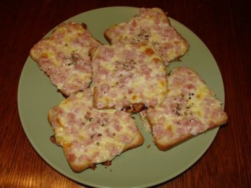 To make these delicious ham and cheese crostini with melting topping and crunchy base, simply follow the super easy recipe below.