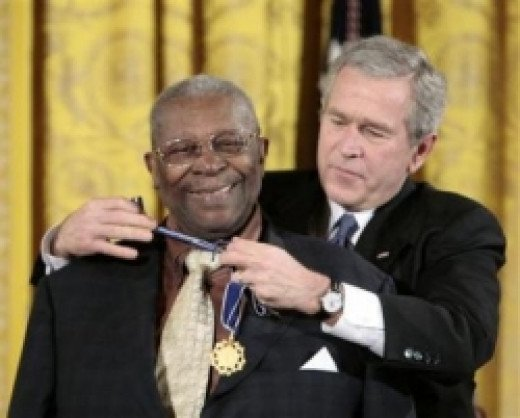 BB King receives National Medal of Freedom from President Bush