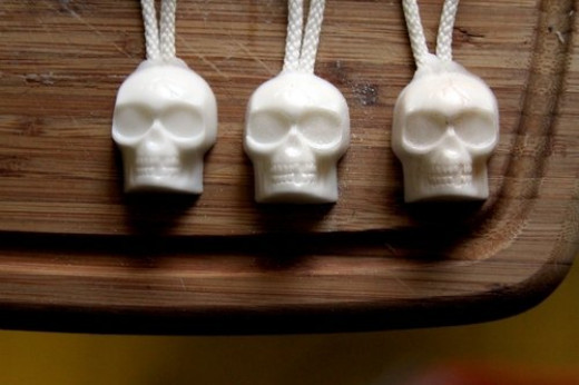 Easy Halloween craft -- skull soap on a rope. Source:  http://dollarstorecrafts.com/2010/09/make-skull-soap-on-a-rope/