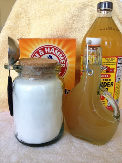 "The ""raw"" ingredients--Plain old baking soda and apple cider vinegar"