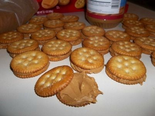 ritz-crackers-peanut-butter-spread