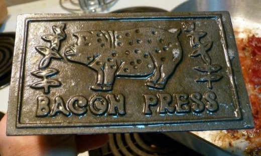Cast Iron Bacon Press by Rusty Clark, on Flickr [CC BY 2.0 (http://creativecommons.org/licenses/by/2.0/deed.en_CA)]