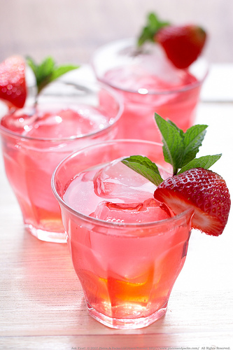Rhubarb tea with ice (Photo courtesy by Lara Ferroni from Flickr)