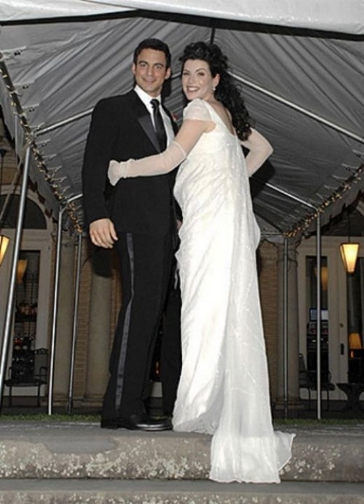 Julianna Margulies married Keith Liberthal 2007 wearing an empire waist Narciso Rodriguez gown. I love the non-traditional look of this dress mixed with traditional looking long gloves. It looks like something Emme (Jane Austen) might wear.