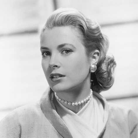 This shows the typical Kelly style with understated pearl necklace and earrings.