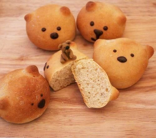 The Extraordinary Art of Cake - The bread  recipe looks yummy so you have my permission to use it instead of my yeast rolls. Either way, it would make cute teddy bears.