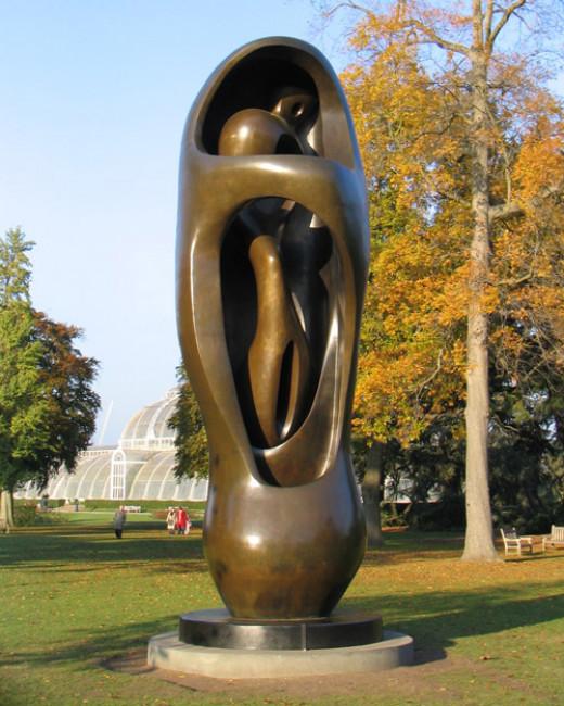 Sculpture by Henry-Moore in Kew Gardens (2007)