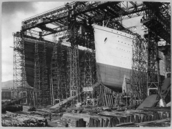 Olympic (left), Titanic under construction, 1910, PD