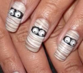 Googly-eyed mummy nail art halloween manicure tutorial