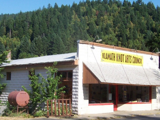 The Klamath Knot Arts Council. Evans Mercantile was here until the flood of 1964.