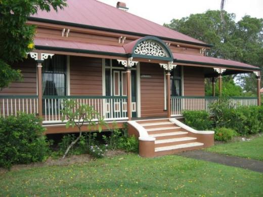 The queenslander house colonial australian architecture for Queenslander exterior colour schemes