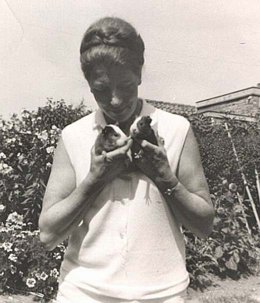 mom with guiny pigs
