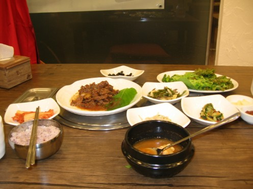 A traditional bulgogi meal presentation