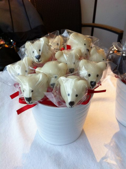 Who wouldn't love these Polar Bear Christmas And Winter Cake Pops?  I found the how to's for these delish and very cool looking cake pops at the dessert decorating blog.