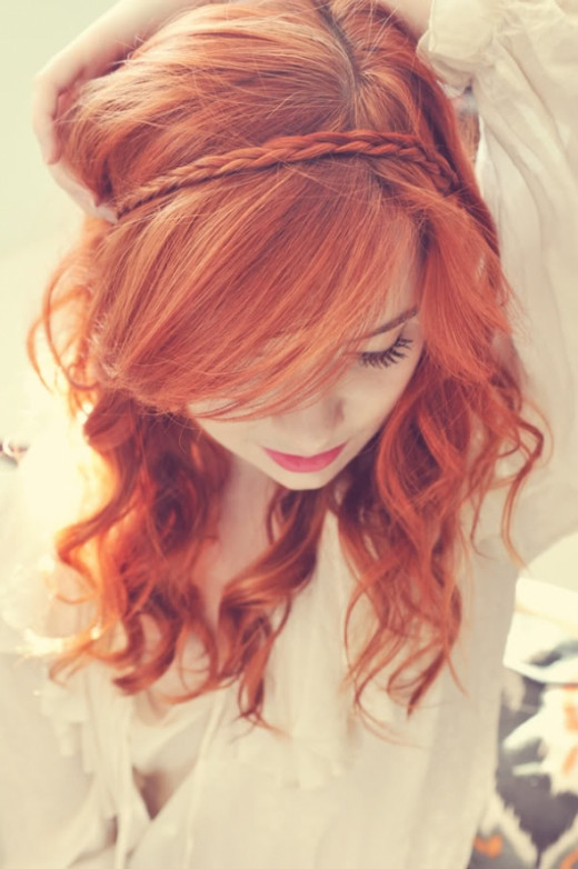 A small braid adds just the right oomph to these gorgeous red locks.  Photo: http://www.vrouwen.nl/view/4936/DIY+Kapsel